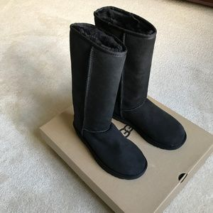UGG Classic Tall Boot Black in Size 7 - NWT